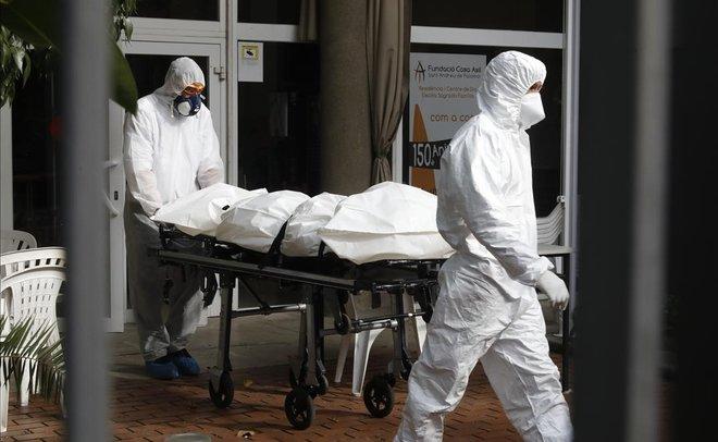 Espanya bat un nou rècord amb 950 morts en un dia, fins a superar les 10.000 defuncions