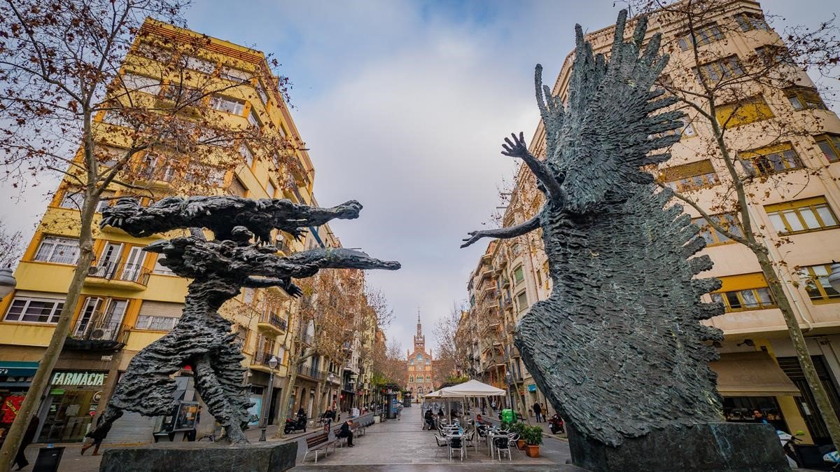 La avenida de Gaudí, con el recinto modernista de Sant Pau al fondo de la imagen.