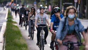 El carril bici de paseo de Sant Joan, en Barcelona, el miércoles al atardecer, en una de sus horas de caravana de dos ruedas.