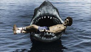 Spielberg, en la boca del tiburón mecánico de la película.