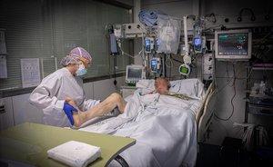 Paciente enfermo de coronavirus en la UCI del Hospital Clínic de Barcelona.