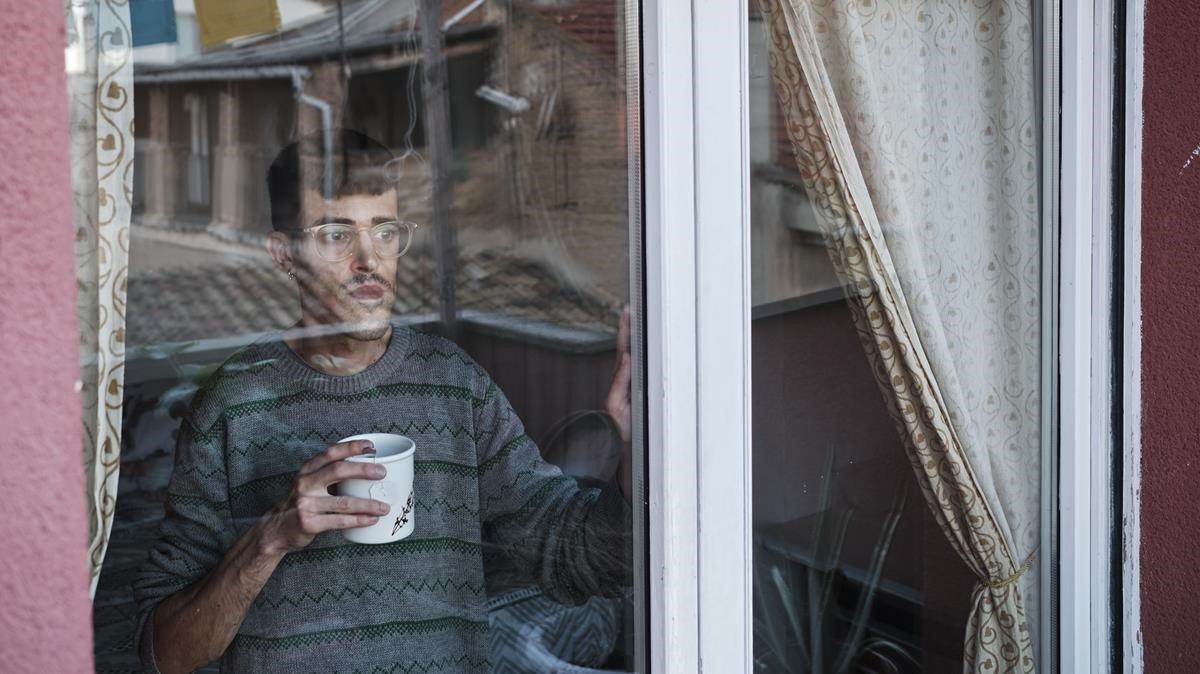 Marc Escarribill, en la casa que alquila en Vic (Osona).