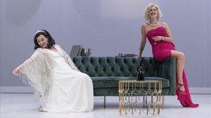 Laura Conejero (a la izquierda), comoHedy Lamarr, y Elisabet Casanovas como Marilyn Monroe en 'Monroe-Lamarr'.